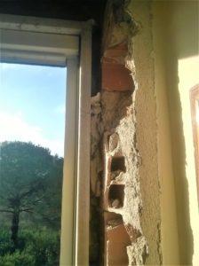 Assenza di riempimento tra marmo e muro