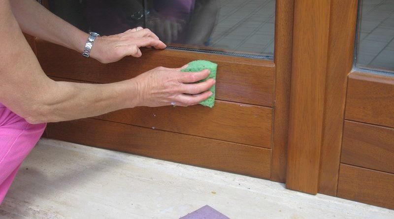 donna che pulisce una finestra
